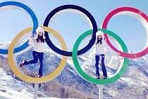 Kateřina Pauláthová (vlevo) si v Soči zapózovala s olympijskými kruhy.