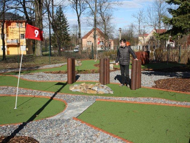 Hřiště klasického minigolfu vedle Domu PZKO ve Stonavě se proměnilo v moderní adventure golf.