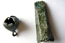Detailní záběr na nalezené artefakty.