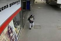 Poznáte muže na záběrech z bezpečnostní kamery?