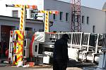Požární plošina AP 40 Bumar krátce po převrácení ve dvorku hasičské zbrojnice v Havířově. .