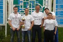 Sestava havířovských bojovníků po úspěšném mistrovství v Chrudimi. Zleva Tomáš Cisar, Robert Braš, trenér Jiří Hrabal, Lukáš Kubina (nahoře) a pod ním žák Mirek Malík.