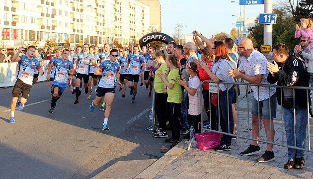 Pavel Maslák ve finiši pokusu orekord ve štafetovém maratonu na Havířovské desítce 2019.