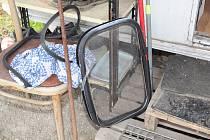 Poškozený karavan, který protiprávně obývali dva cizí lidé.  Foto: PČR