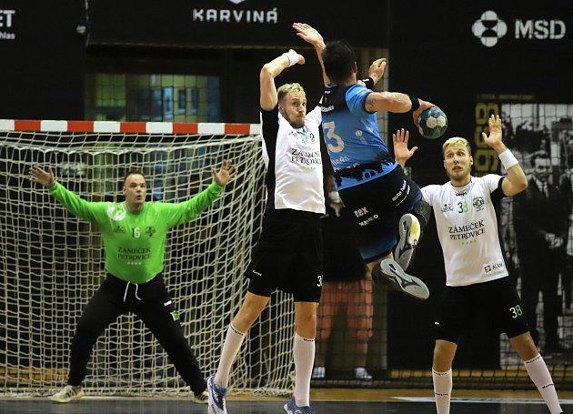 Házenkáři Karviné (vbílém) vprvním finále proti Plzni uspěli.