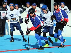 Hokejbalisté Karviné (v modrém) byli blízko výhře nad Kladnem. Nakonec berou jen bod.