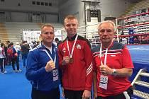 Daniel Mikušťák (uprostřed) s evropskou medailí. Po jeho boku reprezentační trenéři Radek Seman a Jiří Kotiba.