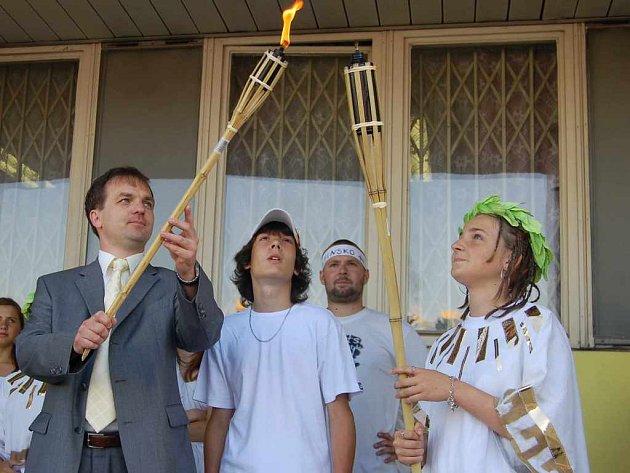 Zapálení olympijské pochodně.