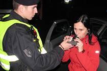 Silniční kontrola s dechovou zkouškou na alkohol. V tomto případě zkouška prokázala, že je řidička střízlivá.