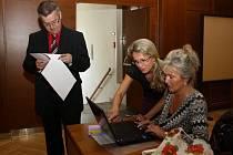 Zasedání havířovského zastupitelstva. Zastupitel Jiří Jekl (Nezávislí) v diskusi s vedoucí odboru školství Martinou Dresslerovou a vedoucí oddělení dotací Dagmar Mertovou.