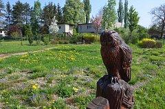 Park zdobí dřevěné plastiky.