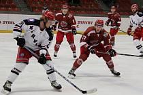 Hokejisté Frýdku (v červeném) si poradili s Karvinou.