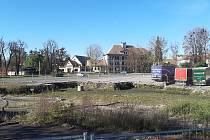 Místo, kde na jaře probíhala sanace kontaminovaného území na území bývalé tržnice v Českém Těšíně. Na tomto místě má vyrůst nový autobusový terminál a parkoviště.
