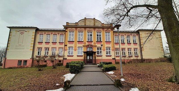 Doubrava. Budova základní školy zroku 1910.
