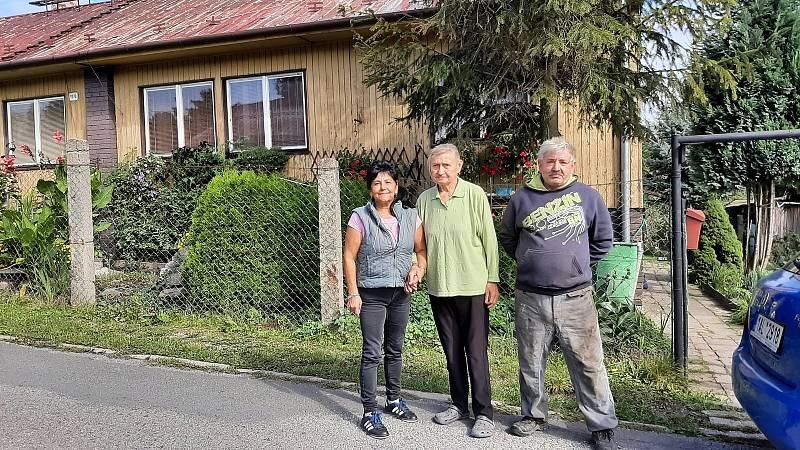 Manželé Chojnovi, uprostřed sousedka Anna Bednarská, před domkem v němž bydlí.