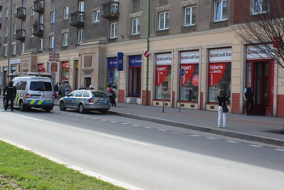 Zásah policistů po loupežném přepadení banky v centru Havířova.