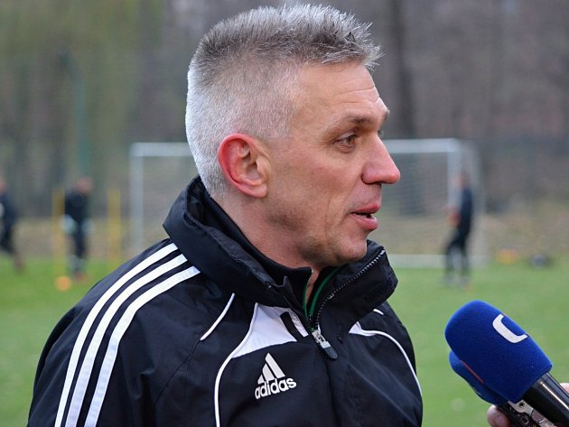 Trenér Hrnčár poznává mužstvo Karviné za pochodu.