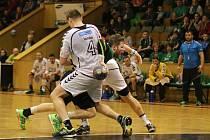 Házenkáři karvinského Baníku (v zeleném) porazili v úvodním finále domácí pohárové soutěže Lovosice 23:18. Bude jim to do páteční odvety stačit?