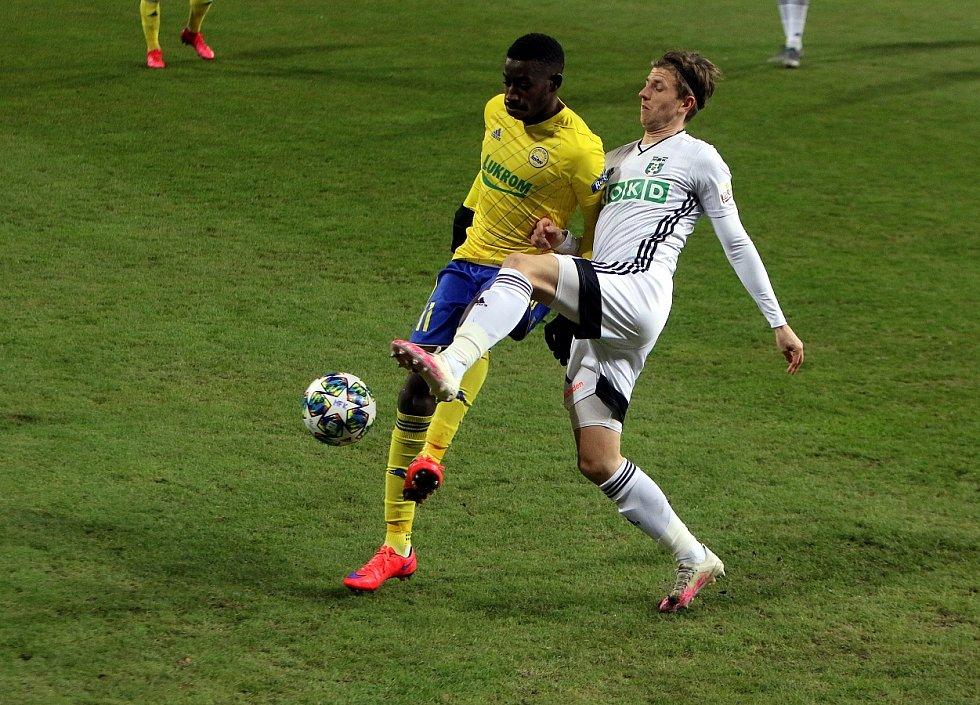 Karvinští fotbalisté (v bílém) zklamali a podlehli doma Zlínu 0:2.