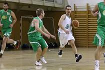 Basketbalisté Karviné (v bílém Miroslav Pacut) se dotahují na čelo tabulky.
