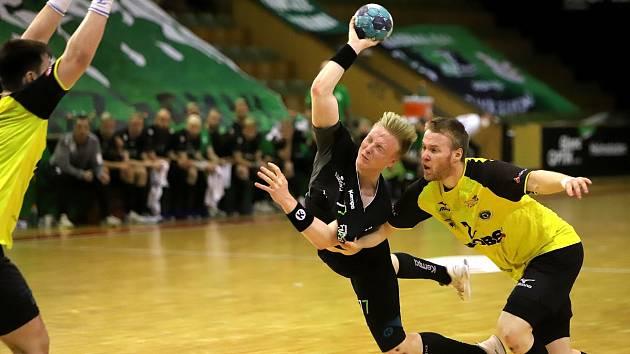 Házenkáři Karviné (v černém David Růža) si výhrou nad Zubřím v pátém utkání čtvrtfinále zajistili boj o medaile.