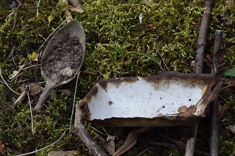 Artefakty nalezené na místech, kde stával zajatecký tábor.