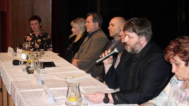 Město Orlová stále bojuje proti optimalizaci místního špitálu a nechce převod lůžkových oddělení do Karviné. Ve čtvrtek o tom probíhala debata v domě kultury.