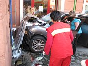 Auto vjelo v centru města na chodník a zranilo chodce.