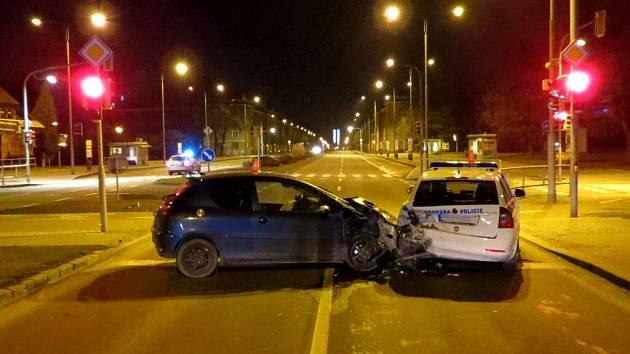 Nehoda, při které bylo poškozeno služební vozidlo MP Havířov a zraněni dva strážníci.