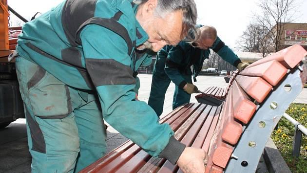 Oprava poškozených laviček.