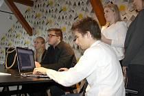 Studenti se připravují chvíli před vypuknutím prezentace.