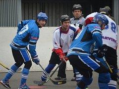 Hokejbalisté se dotahují na čelo tabulky.