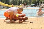 Plavčíci havířovského koupaliště byli podrobeni neohlášenému cvičení při záchraně tonoucího chlapce.