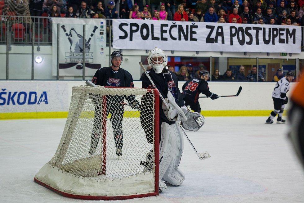 Českotěšínští hokejisté (v bílém) smetli karvinské Býky a první finále je jejich.