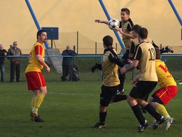Bohumínští fotbalisté (v béžovém) vytěžili ze závěrečného podzimního duelu aspoň bod.