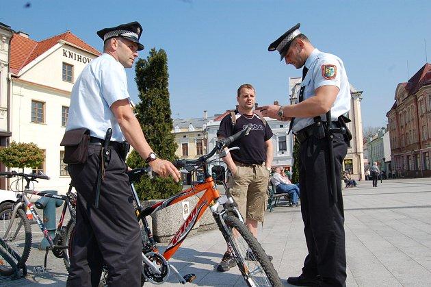 TENTOKRÁT NE! Pokud kolo nemá povinnou výbavu, mohou strážníci jeho majitele pokutovat. Kromě toho také namátkově zjišťují, zda není bicykl kradený.