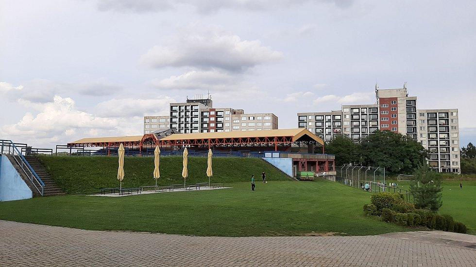Prostřední Suchá. Fotbalový stadion, vzadu Hotelový dům Impuls.