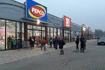 Řady a návaly zažívaly ve čtvrtek 3. prosince i obchody v Karviné.