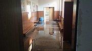 Následky havárie vody v ZŠ Gorkého v Havířově.