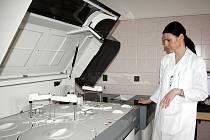 Primářka oddělení klinické biochemie Zdeňka Rybaříková u jednoho z přístrojů na vyšetření vzorků krve.