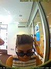 Poznáte osoby na snímku z bezpečnostní kamery bankomatu?