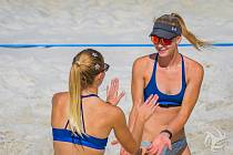 Smečařka Karin Žolnerčíková (vpravo) si vede úspěšně na pláži a v dresu TJ Ostrava s číslem 3 i v klasickém volejbale.