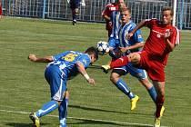 Třinečtí fotbalisté (červené dresy) potvrdili v Havířově roli favorita a v poháru postoupili do druhého kola po výhře 5:0.