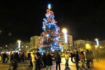 V sobotu se rozsvítil za obrovského diváckého zájmu na náměstí Republiky v Havířově vánoční strom vysoký patnáct metrů.