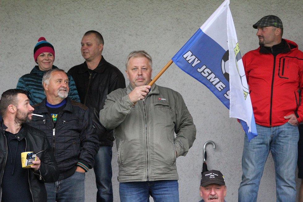 Městské derby TJ - Slavoj (v černém) zvládli lépe překvapivě hosté.