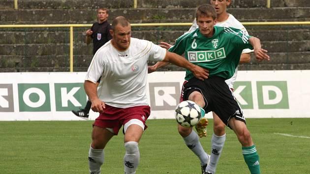 Karvinští fotbalisté (v zeleném) zdolali Mikulovice 3:1.