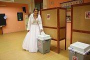 """Volička - nevěsta a nyní už mladá paní Lída Martinů stihla v sobotu nejen říci """"ANO"""" svému vyvolenému, ale i vhodit svůj hlas do urny."""