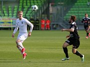 Marek Janečka (v bílém) přivedl karvinské fotbalisty na trávník v Trnavě jako kapitán.