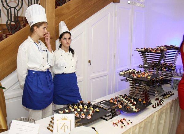VPetrovicích-Prstné byl otevřen nový hotel – Zámeček Petrovice. Na slavnostním otevření zazpíval hostům Karel Gott.
