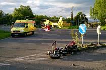 V sobotu 18. května před šestou hodinou ranní se srazil jednašedesátiletý motorkář s autem.